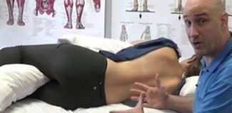 Porque no debes dormir de lado segun un quiropráctico